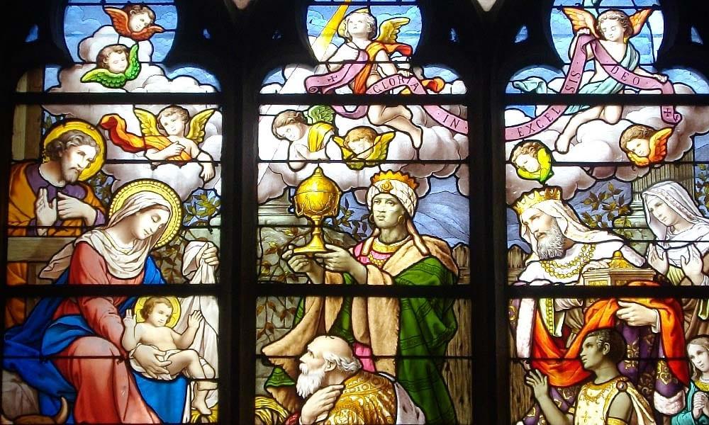 """Crèche, vitrail """"L'Adoration des Mages""""."""